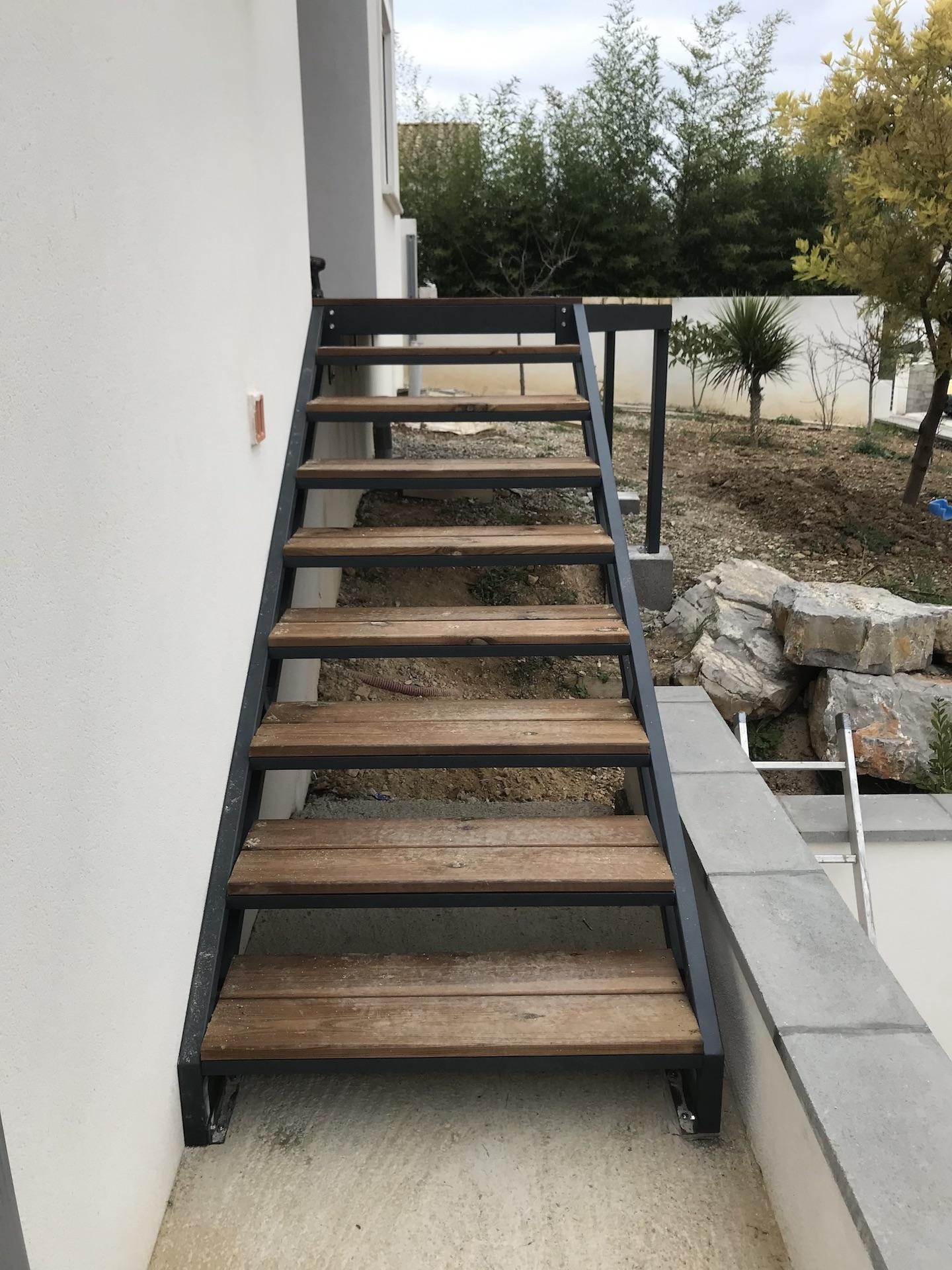 Escalier et plaforme metalique  recouvert bois
